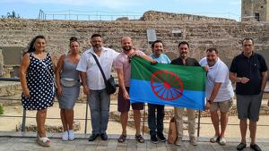 Al centre de la imatge, i amb camisa negra sostenint la bandera, Antoio Gutiérrez Ximenis, president de l'Associació Gitana de Tarragona.