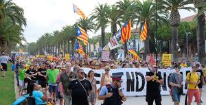 Al voltant de mig miler de persones han recorregut el passeig de Jaume I en la segona Passejada per la República a Salou.