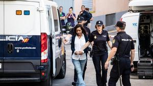 Ana Julia dirigiéndose al Juzgado esposada y custodiada