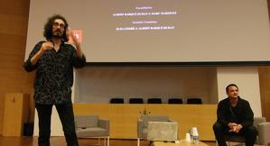 Barqué, de peu, amb Marzenit en una presentació a l'EPS el 2018