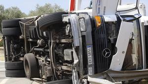 Bolca un camió a la rotonda d'accés a la C-58 a Viladecavalls