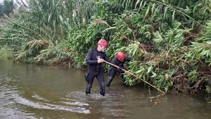 Bombers buscant al riu Besòs