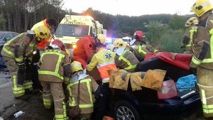 Diversos efectius de Bombers atenen un accident a la carretera C-66, a Serinyà, el 17 de setembre del 2019