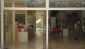 El Centre Cultural de Cambrils es troba als número 18-20 del carrer de Sant Plàcid.