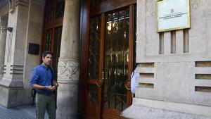 El diputat de CatECP David Cid a les portes del Departament d'Economia