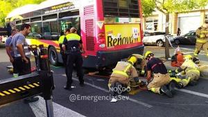 El motorista ha sufrido heridas graves al quedar atrapado bajo el autobús