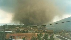 El tornado va afectar a mobiliari urbà, habitatges, línies eléctriques, etc. Foto: Ferran Civit i Martí / Fons MVR