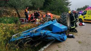 El tractor ha quedat destrossat i l'home ha necessitat ser alliberat pels bombers