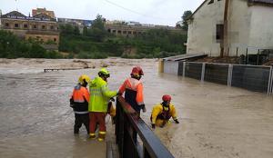 Els bombers fent un rescat en el riu Clariano