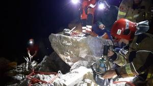 Els bombers han aconseguit salvar al pescador que havia quedat atrapat entre les roques