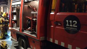 Els Bombers han rescatat dues persones que s'havien quedat dins l'edifici