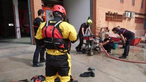 Els bombers preparant-se per l'avís de gota freda