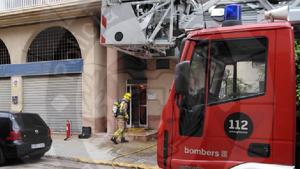 Els Bombers, treballant en l'extinció de l'incendi al carrer Conflent.