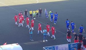 Els dos equips sortint al terreny de joc