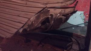 Els dos lladres van destrossar la persiana de la benzinera