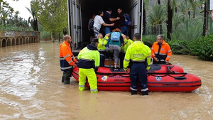 Els evacuats en barca des del centre ocupacional l'Oriol en Orihuela