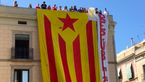 Els joves s'han esperat al final dels actes de la Festa Major per desplegar la immensa bandera