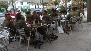 Els militars, amb les armes al terra