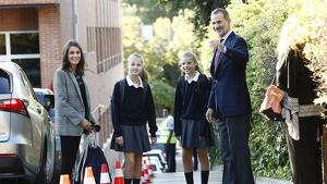 Els reis acompanyant les seves filles a classe