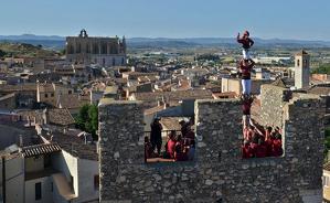 Els Torraires aixequen un pilar de quatre dalt de la muralla montblanquina