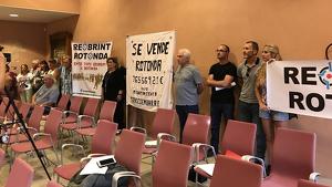 Els veïns de Brises del Mar es van traslladar a l'Ajuntament de la Torre per expandir les seves protestes contra el tall de la rotonda.