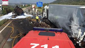 Estat en què han quedat els camions després de l'accident de l'AP-7