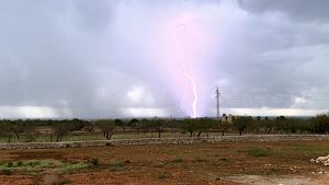 Foto de un rayo que ha tocado tierra cerca de s'Alcaria Blanca (Menorca)