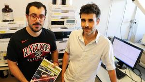 Gerard Lligadas (dreta) i Adrian Moreno, dos dels membres del grup Polímers Sostenibles que han encapçalat aquesta recerca