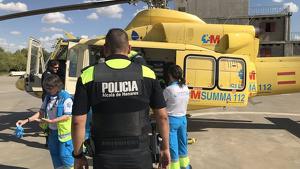 Imagen de los servicios de emergencias trasladando al herido