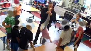 Imagen en el que se puede ver perfectamente al educador maltratando a la alumna