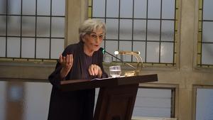 Imatge d'Àngels Ollé a la sala de plens de l'Ajuntament de Reus.