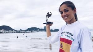 Imatge de la cambrilenca Marina Campos amb el trofeu a la platja de Copacabana, a Brasil