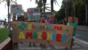 Imatge de la capçalera de la manifestació en defensa de l'Amazònia que s'ha organitzat a Cambrils