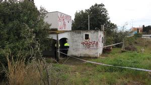 Imatge de la casa, precintada pels Mossos, on es va localitzar la dona morta.
