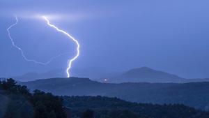 Imatge de la forta llampegada aquesta nit a Lluçà (Osona)