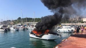 Imatge de l'embarcació d'esbarjo que ha cremat aquest migdia a Torredembarra i on ha resultat ferida greu una persona.