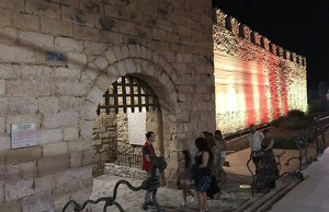 Imatge del portal de Sant Jordi amb la il·luminació nocturna
