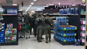 Imatge dels militars al supermercat de Vilafranca del Penedès