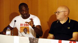 Imatge d'Ibrahima Sylla i de l'advocat Ramon Setó en roda de premsa a Tarragona