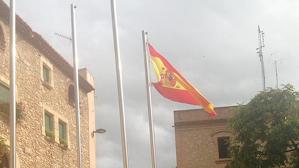 La bandera espanyola que ha onejat breument al costat del consistori calafellenc.