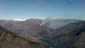 La columna de fum de l'incendi d'Unarre, al Pallars Sobirà.