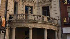 La façana de l'Ajuntament de Berga lliure de simbologia independentista