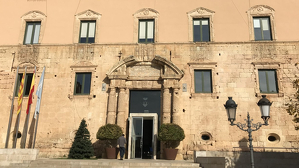 La façana de l'Ajuntament de Torredembarra, aquest migdia, ja amb la nova pancarta.