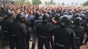 La Guàrdia Civil a les portes del pavelló firal de la Ràpita impedint el pas dels ciutadans que esperaven per votar