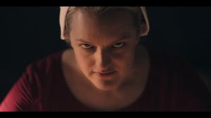 La icónica mirada de ira de Elisabeth Moss en 'El cuento de la criada'