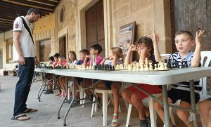 La plaça Nova va acollir unes simultànies entre el professor d'escacs d'Alcover i nou infants que formen part del club