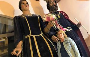 La regidora Judit Pere amb la geganta de Montblanc, protagonista del cartell de la Festa Major d'enguany
