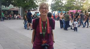 Laia Díaz, càmera penjada al coll, aquest divendres a la plaça Verdaguer de Tarragona.