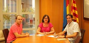 L'alcaldessa de Cambrils, Camí Mendoza, i el gerent de Comaigua, Joaquim Vicens, han signat la pròrroga del conveni.