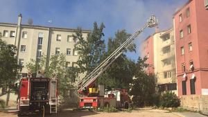 Les flames han afectat tres habitacions del pis